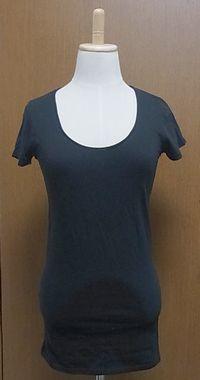 ブラックUネックTシャツ