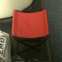 長時間のフライトにミニ折りたたみ椅子or携帯フットレスト